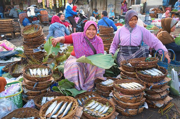 penjual ikan di pasar subuh